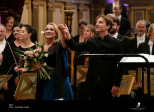 """ÔLYRIX - """"Sous la direction de Jérémie Rhorer, la phalange allemande présente les les œuvres de Tchaïkovski et de Richard Strauss : Chants d'amour entonnés par la soprano Diana Damrau."""""""